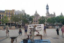 """""""Horta lliure"""": Veïns de Benimaclet protesten davant l'Ajuntament contra les tanques de Metrovacesa"""