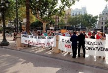 """Veïns d'Orriols protesten davant la porta de l'Ajuntament per la falta de """"convivència"""" en el barri"""