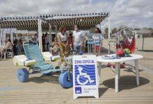El punto de baño accesible de la playa del Cabanyal incorpora sesiones de fisioterapia