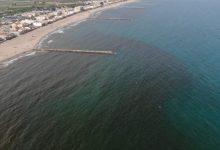 El análisis del agua confirma que la mancha de las playas de El Puig, Puçol y La Pobla de Farnals está causada por una microalga