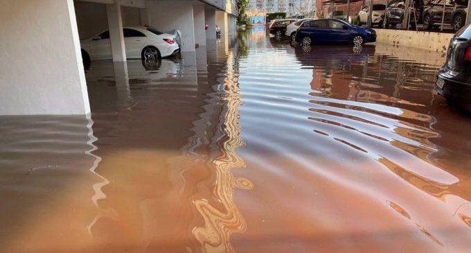 La tromba de 180 l/m² a Sagunt obliga a rescatar vehicles i a tallar carrers inundats i la circulació de Rodalia
