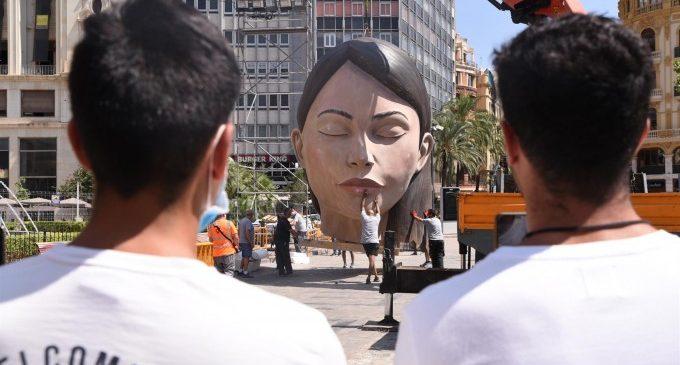 """La Meditadora torna a la Plaça de l'Ajuntament """"pràcticament nova"""" i sense mascareta"""
