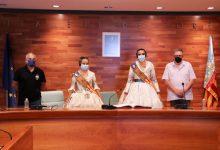Alícia Pallardó i Sandra Peris firmen al llibre d'honor de l'Ajuntament de Torrent