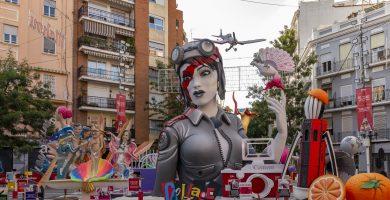 Falla Cuba – Literato Azorín: l'aviadora torna a aterrar als carrers de València