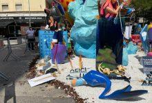 Un jove trenca a colps part de la falla de la Fallera Major Infantil de València