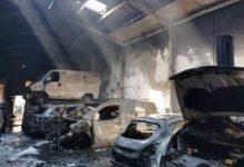 Cremen set cotxes en l'incendi d'una nau de vehicles de segona mà a Alaquàs