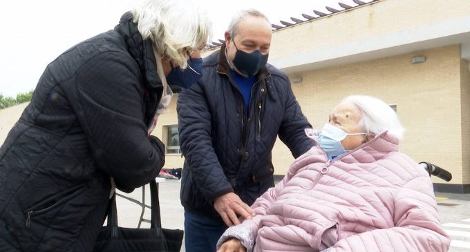 La caída de contagios avala una vuelta a los abrazos en las residencias